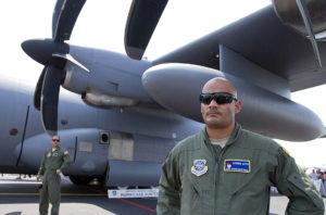 El avión cazahuracanes tipo Hércules 130 J, del Escuadrón de Reconocimiento Meteorológico de la Fuerza Aérea de Estados Unidos, arribó al aeropuerto internacional de esta ciudad, luego de cuatro años de su última visita a suelo yucateco.Nota del corresponsal Tomás Martín.