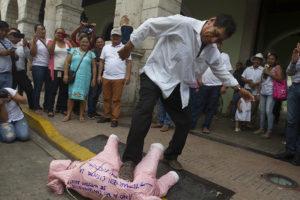 Doroteo hau pateando cerdo