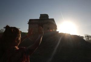 """En el ancestral centro ceremonial maya de Dzibilchaltún se llevó a cabo el equinoccio de primavera con el fenómeno arqueo-astronómico en donde el sol al ascender se situa por detrás de la estructura llamada """"Templo de las siete muñecas"""" dejando un gran resplandor de luz."""