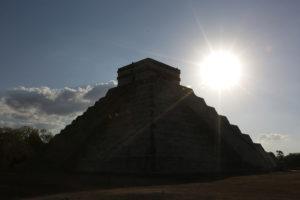 Entre danzas prehispánicas, misticismo y color se llevó a cabo el equinoccio de primavera en la ciudad  maya de Chichén Itzá en donde se presenció el espectáculo de sol y sombras en la pirámide de Kukulcán.