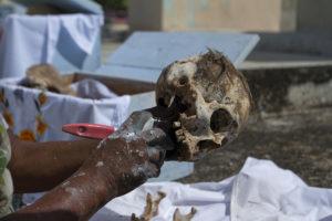 En la población maya de Pomuch en Campeche se realiza de manera tradicional la limpieza de muertos, que consiste en cambiar el mantel para reemplazarlo por uno nuevo por lo que cada año se limpian las osamentas por parte de los familiares. En ocasiones los familiares le piden al sepulturero Venancio Tuz que haga la limpieza, por lo cual cobra 30 pesos y viene haciendo este trabajo por más de 18 años. Al fallecer la persona, se le saca de la tumba a los dos años para poder colocarla en la caja con el mantel bordado con su nombre. Se le coloca con la caja abierta para que de manera simbólica puedan ellos ver estos días de muertos cuando se les visita en su morada.
