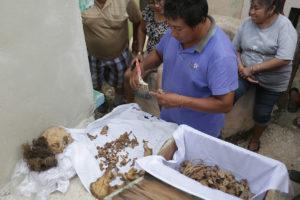 En la población maya de Pomuch en Campeche se reliza de manera tradicional la limpieza de muertos, que consiste en cambiar el mantel para reemplazarlo por uno nuevo por lo que cada año se limpian las osamentas por parte de los familiares.