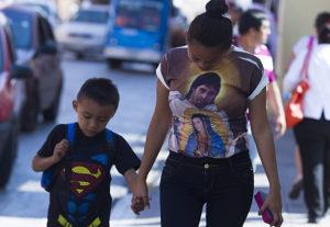 Madre con hijo llevando íconos mediáticos en sus ropas