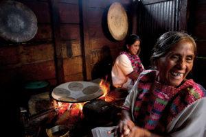 Mujeres cocinando dentro del fogón de la comunidad de San Juan Cancuc en los altos de Chiapas