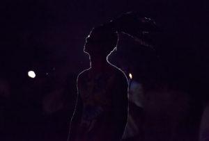 Silueta de hombre durante el ritual del fuego nuevo simbolizando el principio de año maya