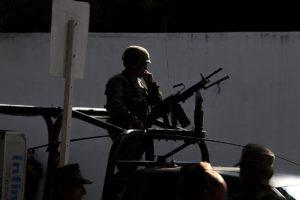 Soldado con metralla contraluz 2