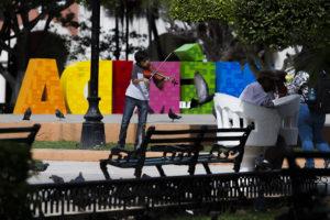 Violinista en plaza grande