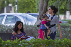 mujer observando a mujer con bebe