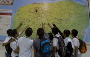 niños mirando mapa
