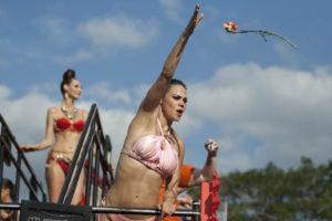 """El carnaval de Mérida """"Travesía Tropical"""" culminó con la tradicional batalla de las flores ante la algarabía del público asistente.Nota del corresponsal  Tomás Martín."""
