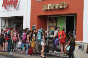 Turistas americanos extrañando sus hamburguesas